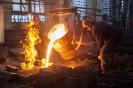процесс заливки металла в формы работниками кузнечно-литейного участка   ООО Электропром
